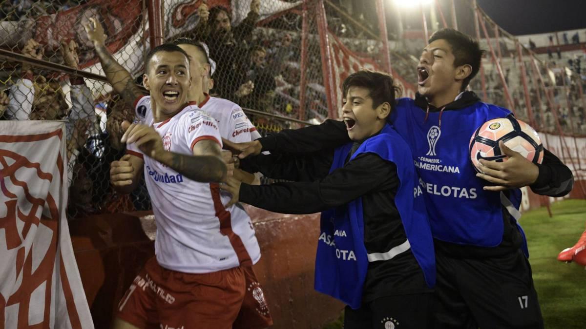 Gamarra celebra el gol en el último minuto que dio el pase a Huracán ante Deportivo Anzoátegui.