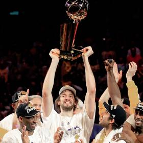 Los Lakers de Kobe y Pau hacen historia Pau_Gasol_levanta_pleno_felicidad
