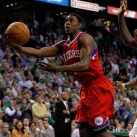 Turner y una falta de Garnett dan triunfo a los Sixers