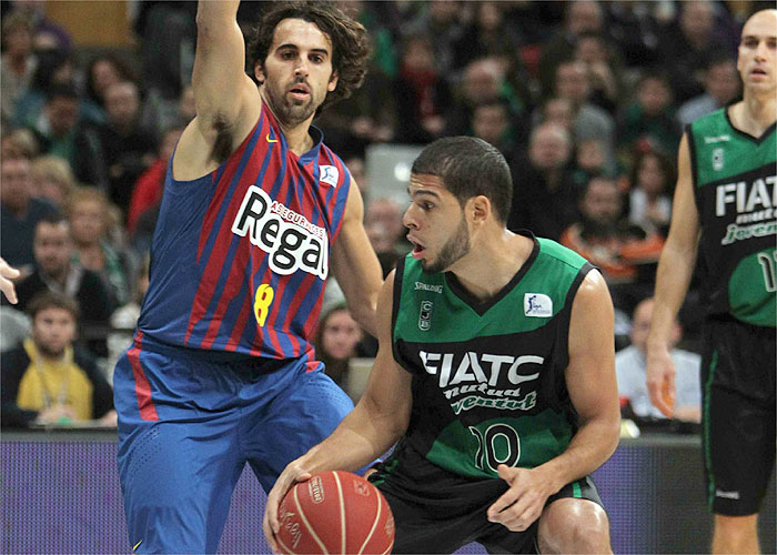 Un buen Barcelona se lleva con claridad el derbi ante la Penya