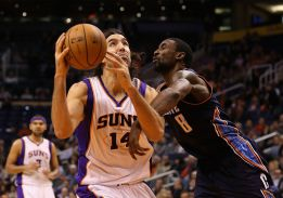 Brown logr su mejor anotacin y los Suns ganaron a Bobcats
