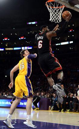 James devora a los Lakers y Gasol comenzó en el banquillo