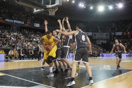 El Uxúe Bilbao logra una victoria con triple premio