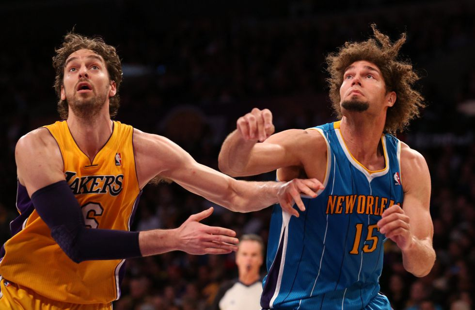 Kobe Bryant vuelve a distribuir el juego y los Lakers sonríen