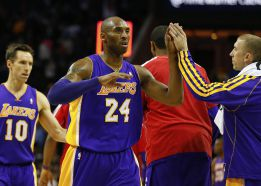 Kobe Bryant salvó a los Lakers de la derrota ante los Bobcats