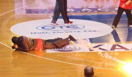Una bengala impacta en Hines en la final de la Copa de Grecia