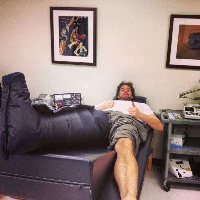 Gasol muestra una bota especial en Twitter para tratarse la fascia