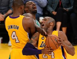 Los Lakers le dedican a Jerry Buss el gran golpe a Boston