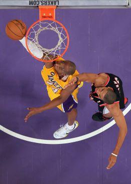 Bryant explota con 40 puntos y los Lakers siguen al acecho