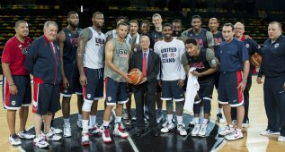 Estados Unidos arranca al ritmo del trío Harden-Davis-Curry