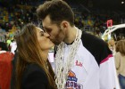Helen Lindes premió al MVP Rudy con el beso de la victoria