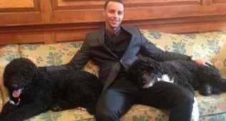 Stephen Curry hace migas con los perros de la familia Obama
