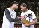 Kawhi Leonard recibió su premio como Mejor Defensor del año