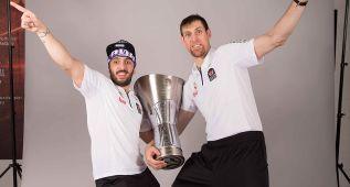 Los jugadores del Madrid posan con el Trofeo de la Euroliga 2015