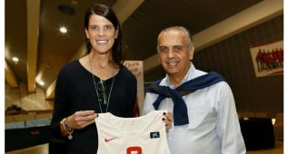 La FEB entrega a Ruth Beitia una camiseta como 'amuleto'