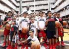 Locura por ver a LeBron James en una escuela de Manila