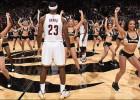LeBron y los Cavs, perdidos en el mar de cheerleaders 'raptors'