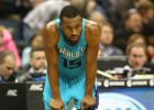 Middleton (24) hunde un poco más a los Hornets de Jordan