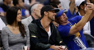 Michael Phelps y su novia no se perdieron el show de Curry