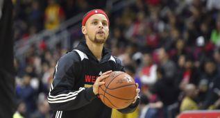 Curry, a lo suyo: calentando con triples desde medio campo