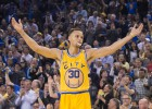 Curry (26) no baja el ritmo y los Warriors, a 5 de Jordan