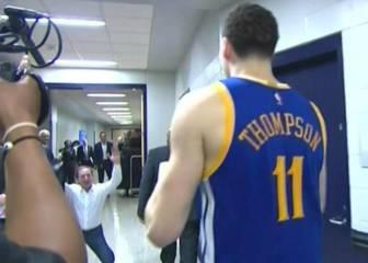 El dueño de los Warriors se arrodilla ante Klay Thompson