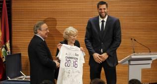 El Real Madrid visita las sedes del Ayuntamiento y la Comunidad