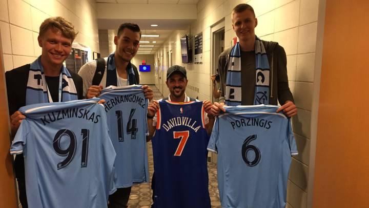 Willy, Porzingis y Kuzminskas, con David Villa en Nueva York