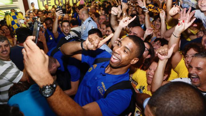 Más de mil hinchas reciben al supercampeón en Gran Canaria