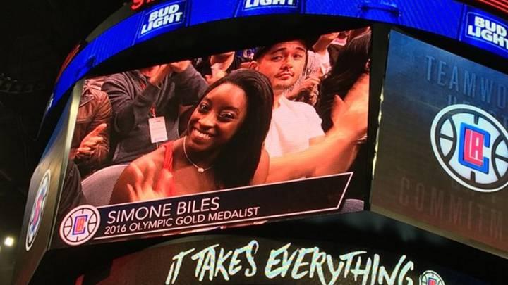 Simone Biles dio suerte a Curry y los Warriors en el Staples Center
