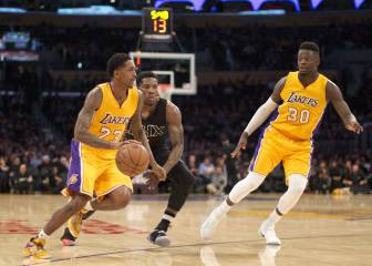Lou Williams (35) no para pero los 'baby Lakers' se hunden