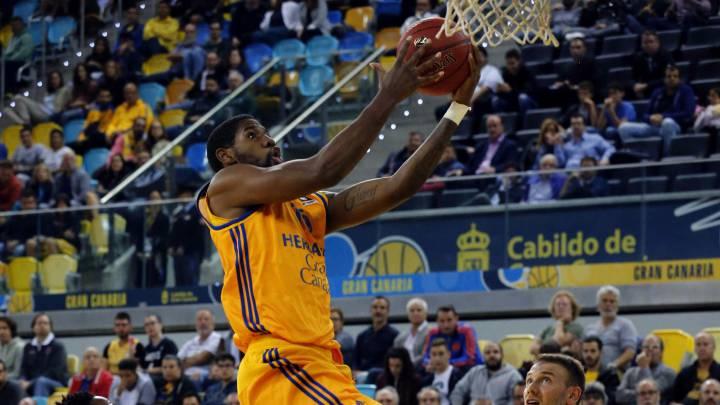 O\'Neale anota ante la oposición de dos jugadores del Skopje