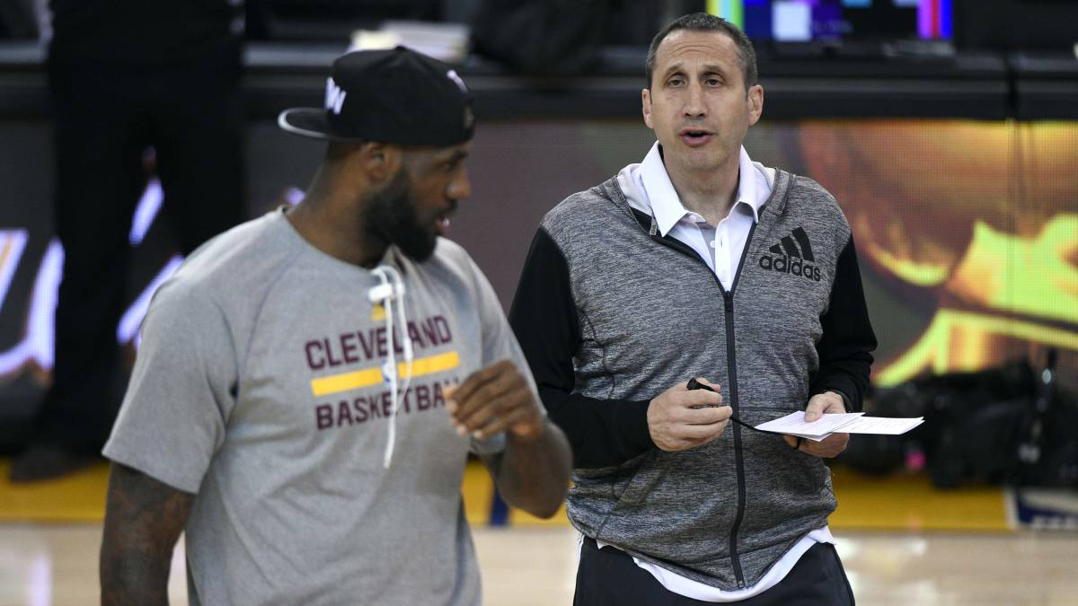 David Blatt da instrucciones a LeBron James.
