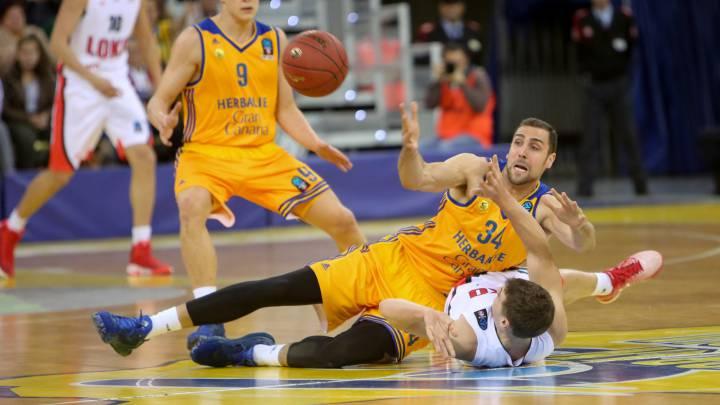 Pablo Aguilar lucha por un balón en el partido ante el Lokomotiv Kuban.