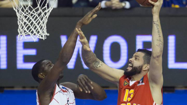 Vitor Faverani lanza ante Moussa Diagné.