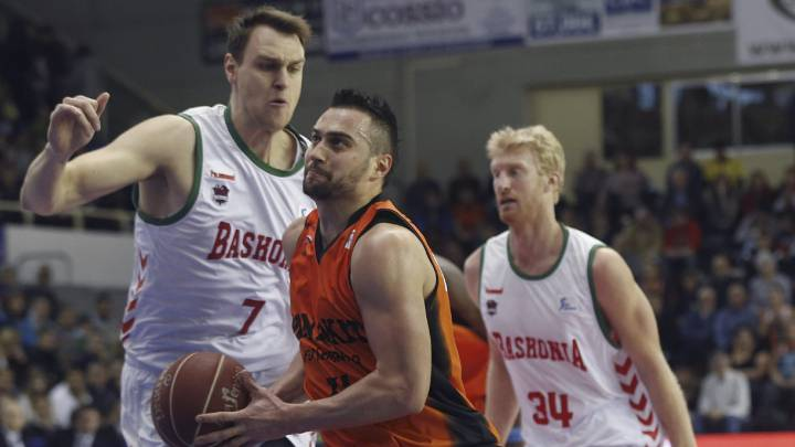 Ivan Paunic  entra a canasta ante Johannes Voigtmann y Chase Budinger.