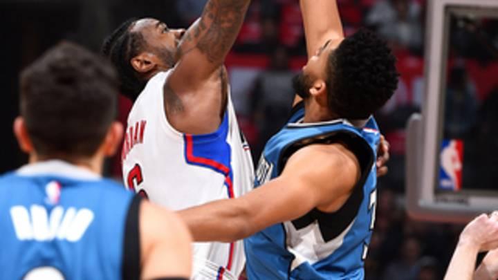 Ricky Rubio observa el salto inicial entre DenAndre Jordan y Karl-Anthony Towns.