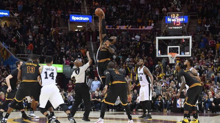 LeBron James y Kawhi Leonard saltan por un balón durante el Cavs-Spurs.