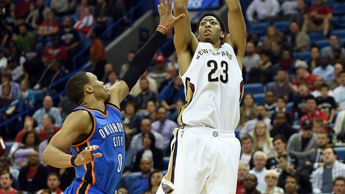 Anthony Davis lanza sobre Russell Westbrook.