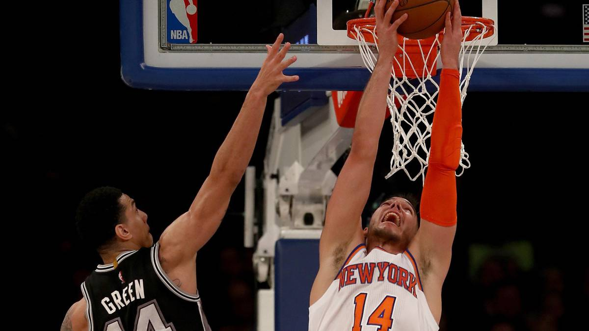 Willy Hernangomez realiza un mate de espaldas en el partido ante New York Knicks.