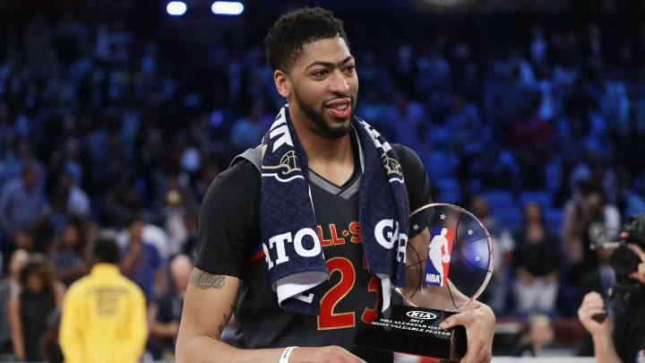 Anthony Davis con el trofeo que le acredita como MVP del All Star 2017 de la NBA