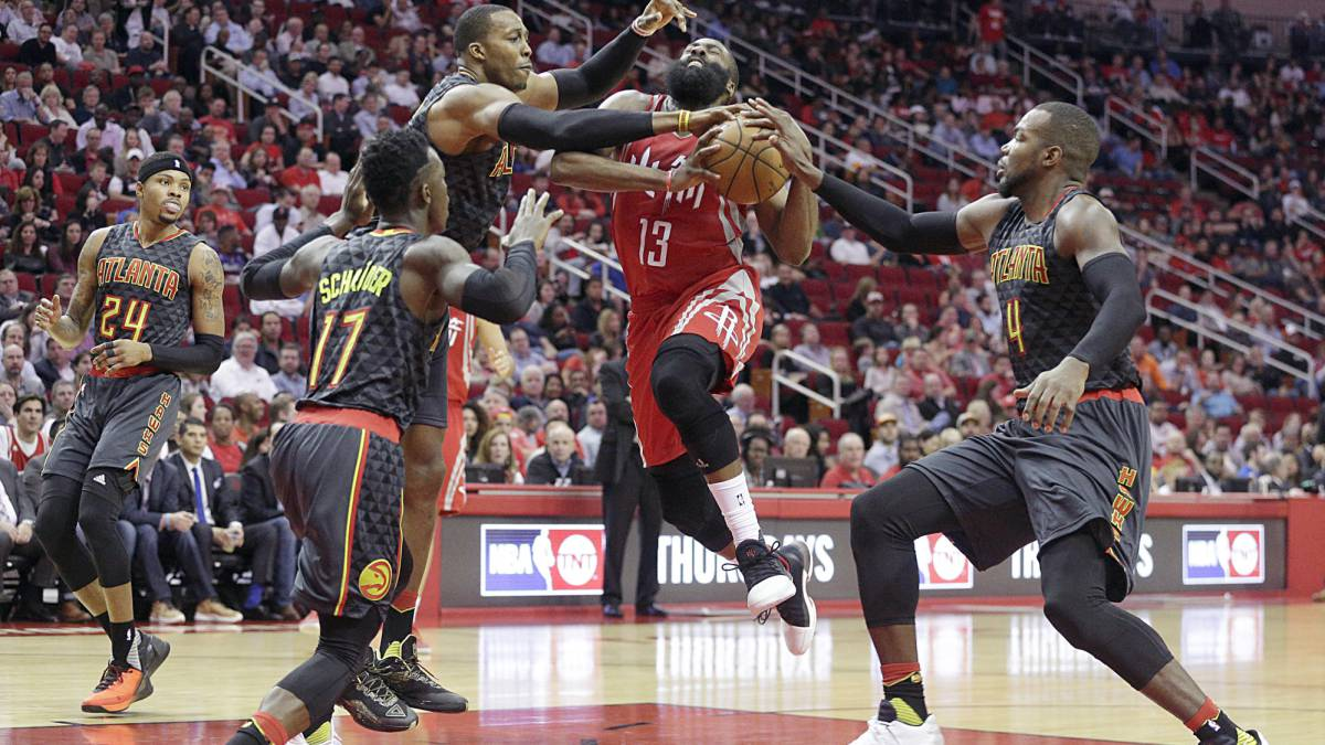 James Harden frente a Dwight Howard.