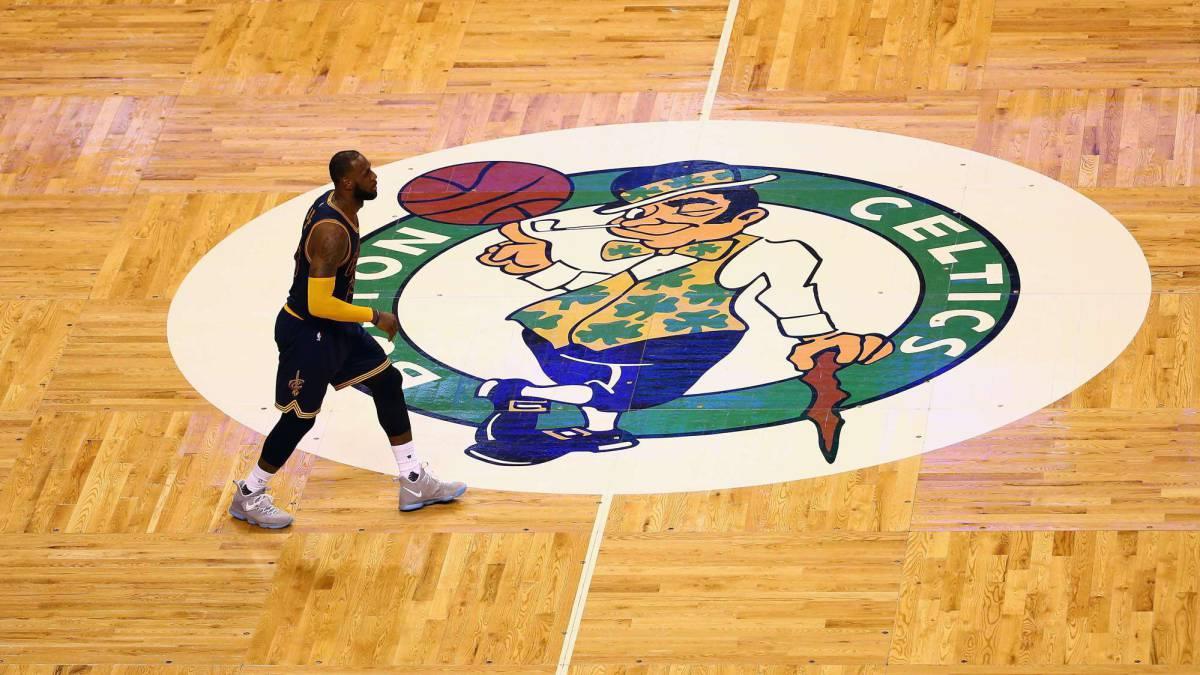 Harden y LeBron encabezan equipo ideal de la NBA