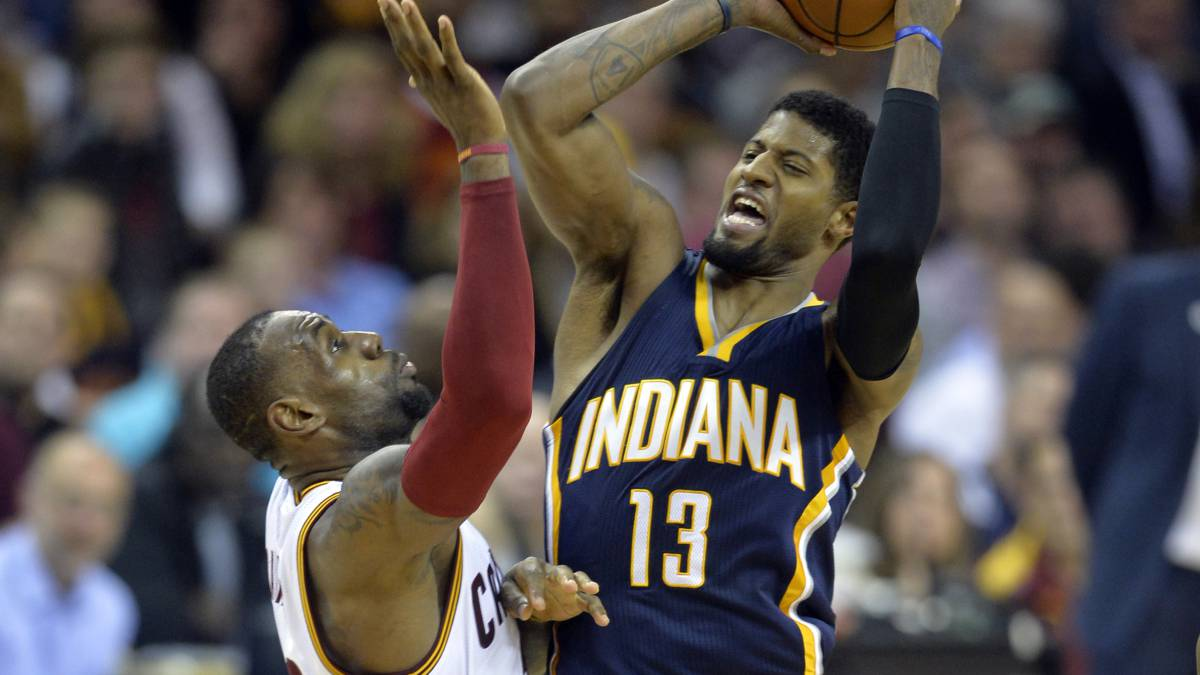 Paul George trata de pasar ante la defensa de LeBron James durante la primera ronda de los Playoffs 2017.