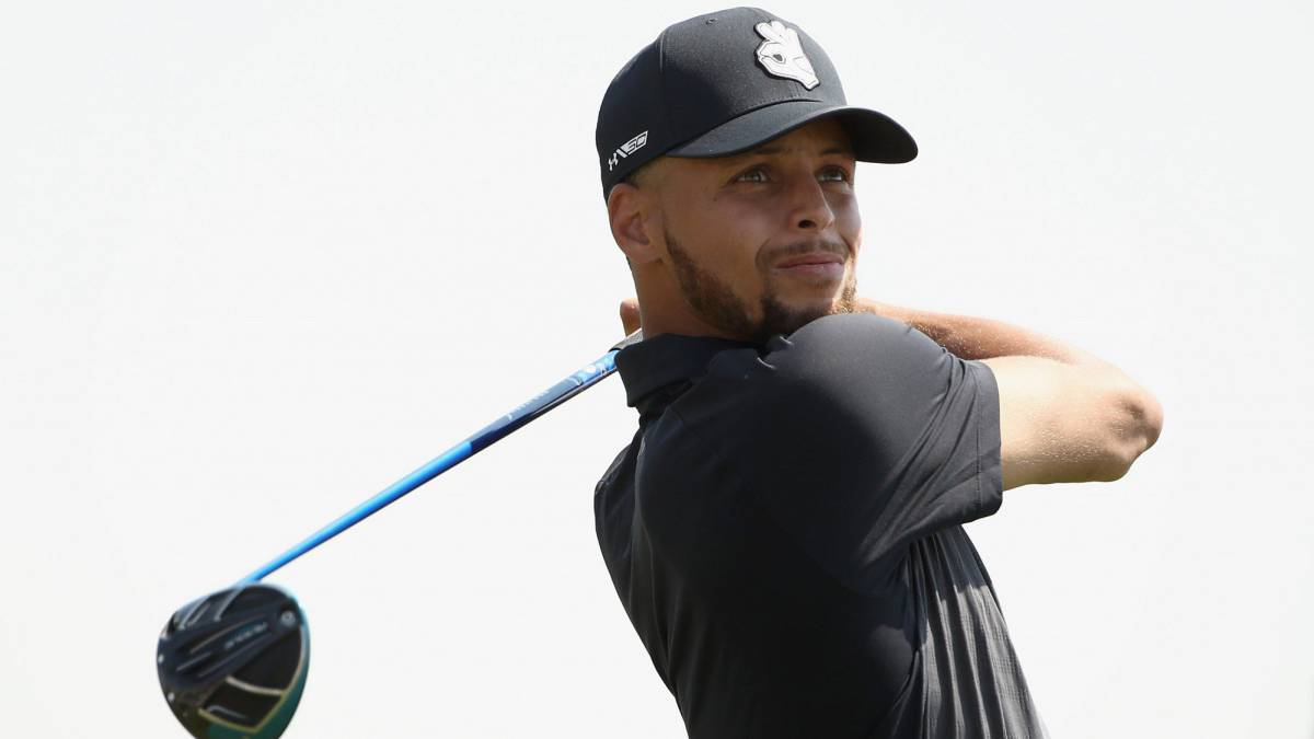 Stephen Curry destaca jugando un torneo oficial de golf
