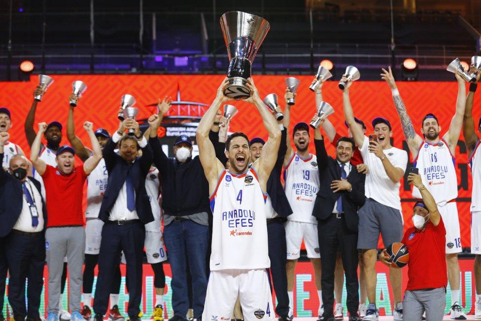 El Anadolu Efes campeón de la Euroliga. Dogus Balbay con el trofeo.