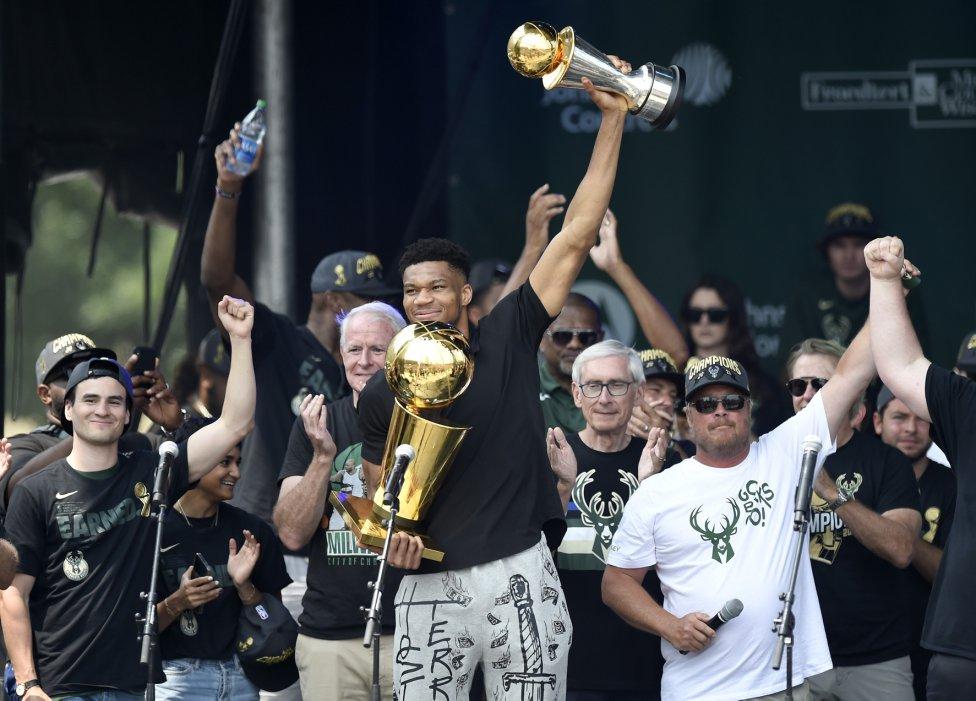 Giannis Antetokounmpo celebra con el trofeo Larry O'Brien y MVP de las finales el título de campeones de la NBA.