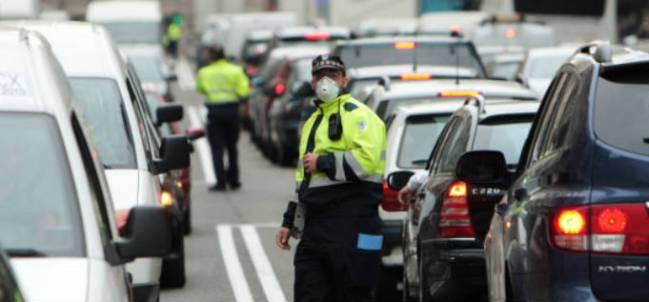 Un policía controla el tráfico con mascarilla por la alta contaminación en Madrid