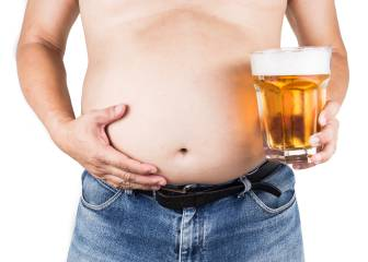 Adiós a la barriga cervecera bebiendo cerveza