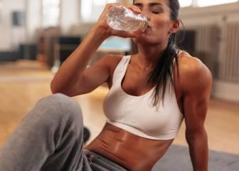 Esta es la cantidad exacta de agua que debes beber antes, durante y después de entrenar